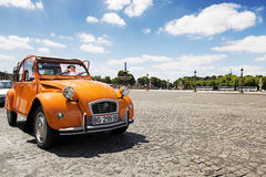 Old Citroen 2CV parked at Place de la concorde Royalty Free Stock Photos