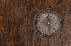 Old  compass  on  wood background Royalty Free Stock Photos