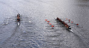 Old Dominion (left) and Wayland-Weston (right) races in the Head of Charles Regatta Women's Youth Eights Stock Photos