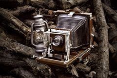Old-fashioned camera and lantern Royalty Free Stock Photos