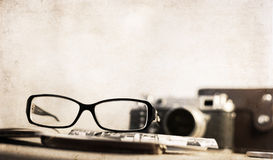 Old-fashioned camera and stylish glasses Royalty Free Stock Photography