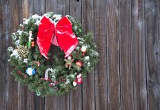 Free Old Fashioned Christmas Wreath Western Style Rustic Wreath On Wood Background Royalty Free Stock Image - 115339686