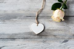 Old grey wooden floor with rose and white heart Royalty Free Stock Photography