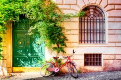 Free Old House Wall In Trastevere, Rome, Italy With A Red Bicycle And Green Door. Old Cozy Street In Rome Stock Photos - 165759943