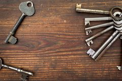 Old keys arranged on wood Royalty Free Stock Photos