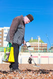 Old man and metal detector Stock Photography