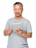 Old man use of tablet pc Royalty Free Stock Photography