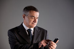 Old man using a mobile phone Royalty Free Stock Images