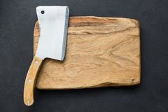 Old meat cleaver and chopping board, table top view Royalty Free Stock Photos