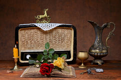 The old radio, a metal jug and roses Royalty Free Stock Photos