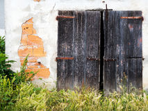 Old ramshackle building - property needing work, maintenance. Da Royalty Free Stock Images
