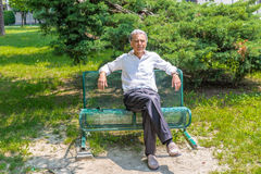 Old reassuring man resting on a bench Royalty Free Stock Photos