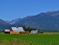OLD RED COUNTRY BARN WITH HAY BALES Royalty Free Stock Images