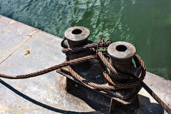 Old rusty mooring rope on a pier Royalty Free Stock Photography
