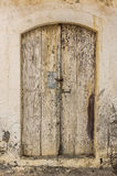 Old timber door in the scuffed wall Royalty Free Stock Photos