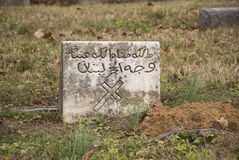 OLD TOMBSTONE WITH CROSS AND ARABIC WRITING Royalty Free Stock Photos