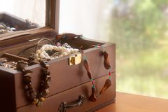 Old treasure chest with jewelry Royalty Free Stock Images