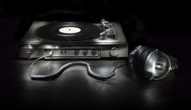 Old turntable with headphones Royalty Free Stock Photos