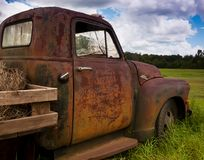 OLD RUSTY TRUCK IN A FIELD stock images