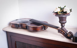 Old violin near a flower vase with roses Royalty Free Stock Photography