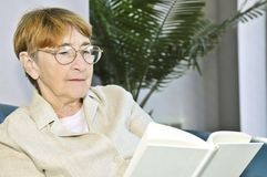 Old woman reading book Royalty Free Stock Photos