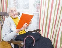Old woman reading book Royalty Free Stock Photography