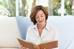 Old woman reading her book Royalty Free Stock Photos