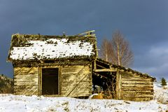 Old wooden barn in the countryside, in the winter Royalty Free Stock Photos