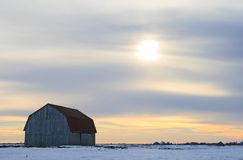 Old wooden barn in a snowy field Royalty Free Stock Photos