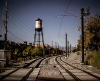 Olde镇arvada水塔和火车轨道 库存图片