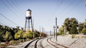 Olde镇arvada科罗拉多水塔和火车轨道 库存照片