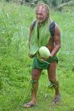 Olde ha invecchiato l'isolano che pacifico l'uomo porta un'anguria su turismo di eco Immagini Stock Libere da Diritti
