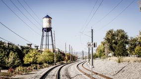 Olde-Stadt-arvada Colorado-Wasserturm und -Bahngleise stockfotos