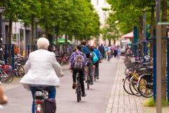 OLDENBURG, ALEMANHA - 10 DE JUNHO DE 2017: Um grupo de ciclistas que montam em torno da cidade velha Copie o espaço para o texto foto de stock
