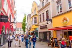 OLDENBURG, ALEMANHA - 10 DE JUNHO DE 2017: Vista da rua velha da cidade foto de stock