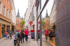 OLDENBURG, DEUTSCHLAND - 10. JUNI 2017: Ansicht der alten Stadtstraße Kopieren Sie Raum für Text Stockfotos