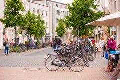 OLDENBURG, DUITSLAND - JUNI 10, 2017: Groot parkeren voor fietsen Exemplaarruimte voor tekst royalty-vrije stock foto's