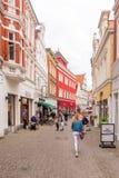 OLDENBURG, DUITSLAND - JUNI 10, 2017: Mening van de oude stadsstraat verticaal Exemplaarruimte voor tekst stock fotografie