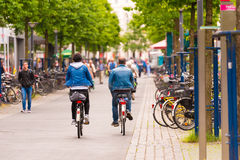 OLDENBURG TYSKLAND - JUNI 10, 2017: En grupp av cyklister som rider runt om den gamla staden Kopiera utrymme för text Arkivbilder