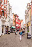OLDENBURG TYSKLAND - JUNI 10, 2017: Sikt av den gamla stadgatan vertikalt Kopiera utrymme för text arkivbild