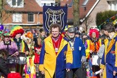 OLDENZAAL, DIE NIEDERLANDE - 6. MÄRZ 2011: Leute im bunten Karneval kleiden während der jährlichen Karnevalsparade in Oldenzaal a Stockbilder