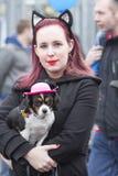 OLDENZAAL, DIE NIEDERLANDE - 6. MÄRZ 2011: Leute im bunten Karneval kleiden während der jährlichen Karnevalsparade in Oldenzaal a Stockfotografie