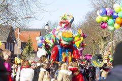 OLDENZAAL, DIE NIEDERLANDE - 6. MÄRZ 2011: Leute im bunten Karneval kleiden während der jährlichen Karnevalsparade in Oldenzaal a Stockfotos
