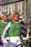 OLDENZAAL, holandie - MARZEC 6, 2011: Ludzie w colourful karnawale ubierają podczas rocznej karnawałowej parady w Oldenzaal, Neth obraz stock