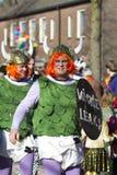 OLDENZAAL NEDERLÄNDERNA - MARS 6, 2011: Folket i färgglad karnevalklänning under den årliga karnevalet ståtar i Oldenzaal som är  fotografering för bildbyråer