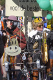 OLDENZAAL NEDERLÄNDERNA - MARS 6, 2011: Folket i färgglad karnevalklänning under den årliga karnevalet ståtar i Oldenzaal som är  royaltyfria bilder
