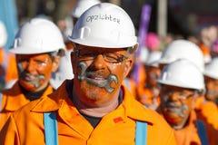 OLDENZAAL NEDERLÄNDERNA - MARS 6, 2011: Folket i färgglad karnevalklänning under den årliga karnevalet ståtar i Oldenzaal som är  arkivfoto