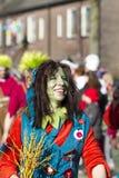 OLDENZAAL NEDERLÄNDERNA - MARS 6, 2011: Folket i färgglad karnevalklänning under den årliga karnevalet ståtar i Oldenzaal som är  arkivbild