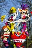 OLDENZAAL NEDERLÄNDERNA - MARS 6: Jätte- diagram under den årliga karnevalet ståtar i Oldenzaal, Nederländerna Fotografering för Bildbyråer