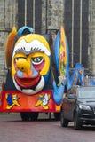 OLDENZAAL NEDERLÄNDERNA - MARS 6: Jätte- diagram under den årliga karnevalet ståtar i Oldenzaal, Nederländerna Royaltyfri Foto